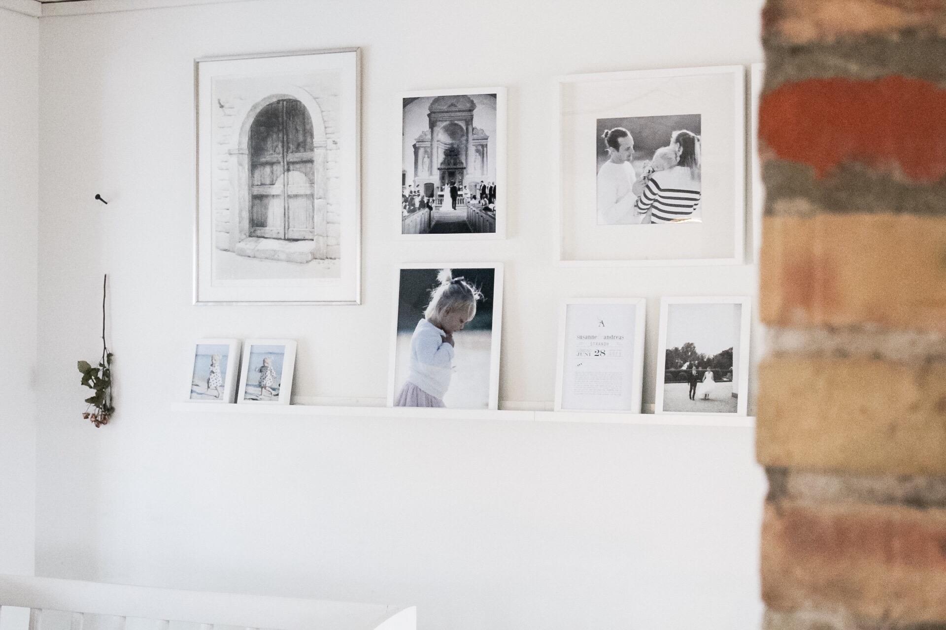 En vägg med foton och tavlor