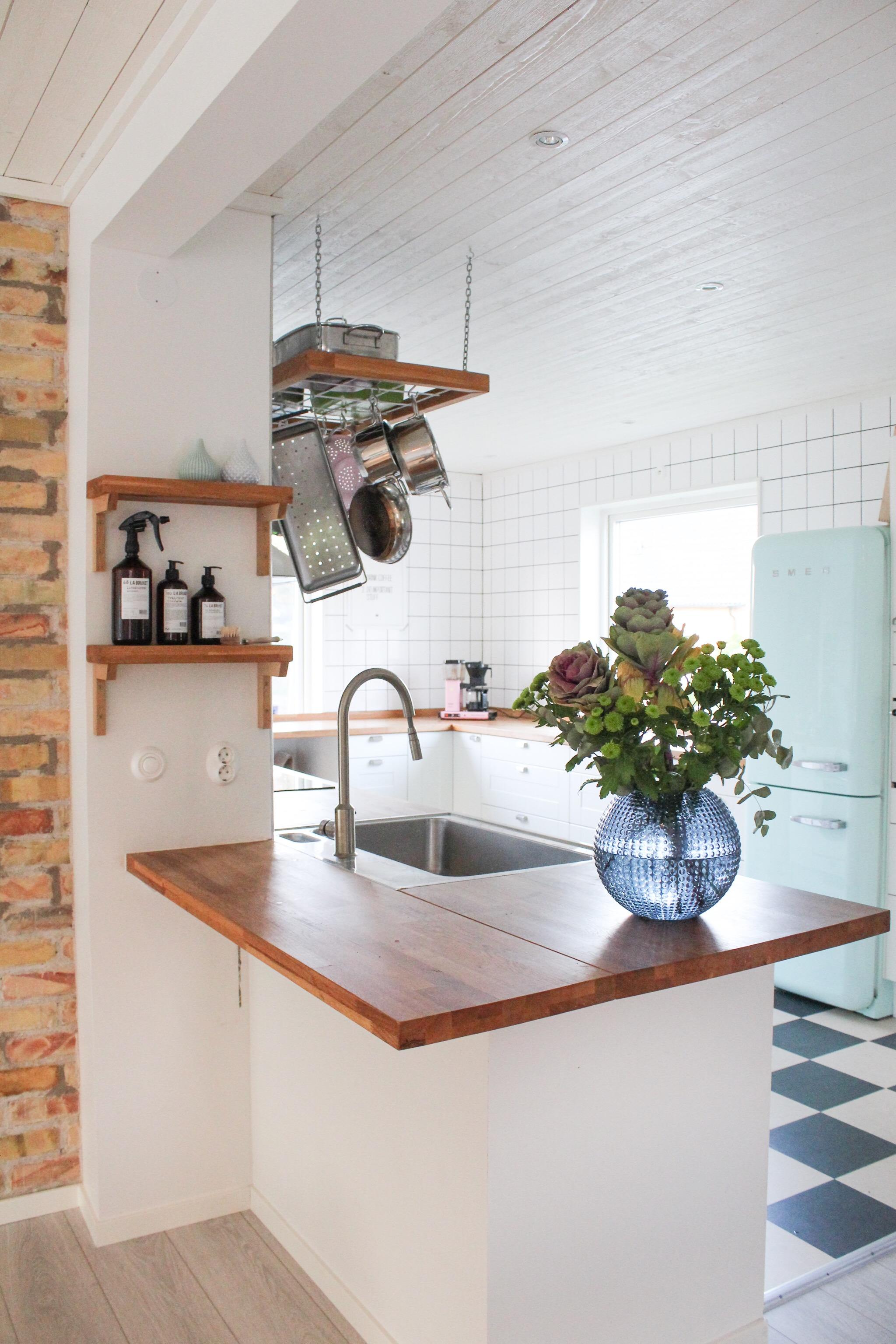 Kaffe på stående fot i köket