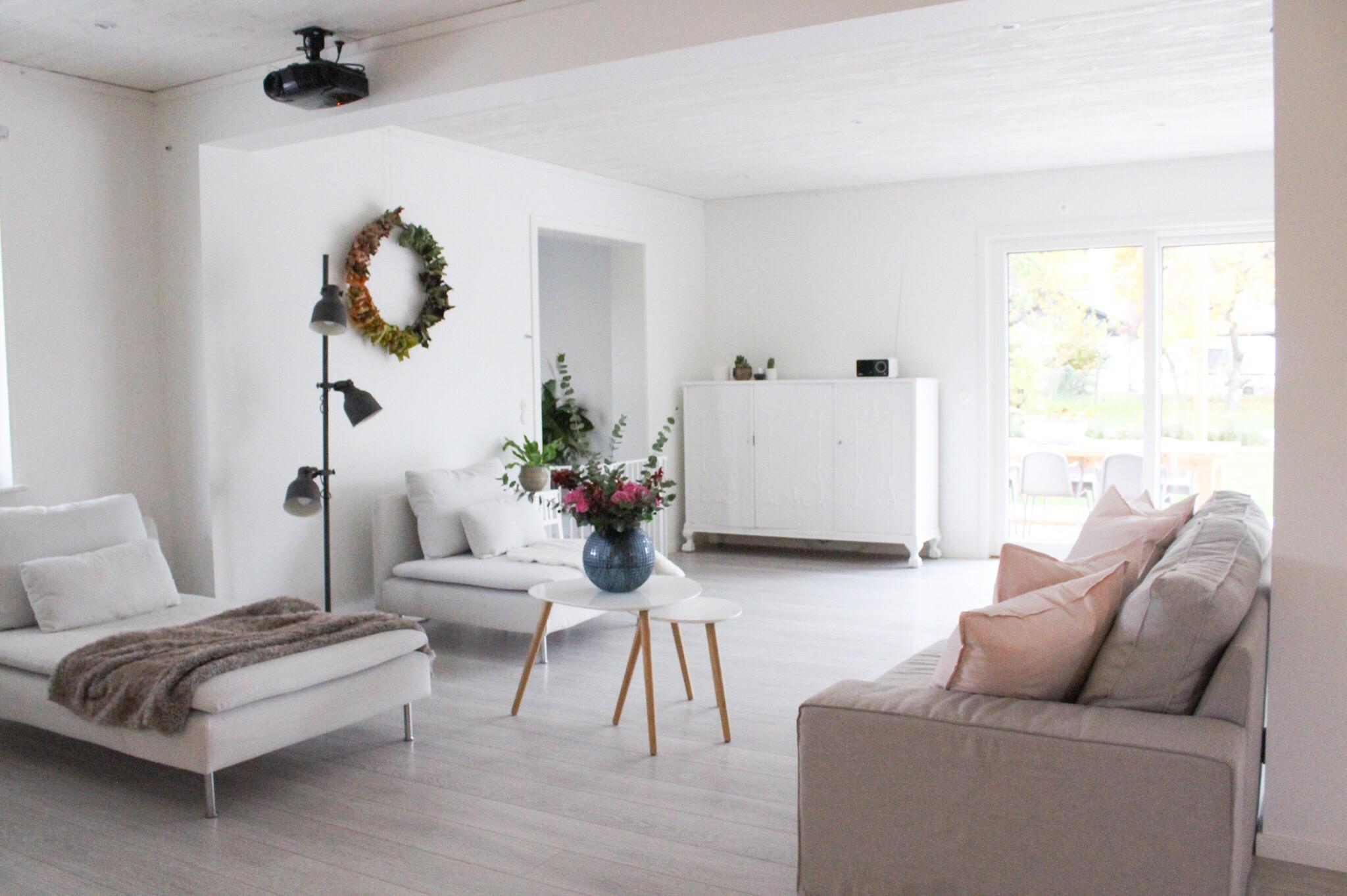 Blommor i vardagsrummet och en dunderförkylning