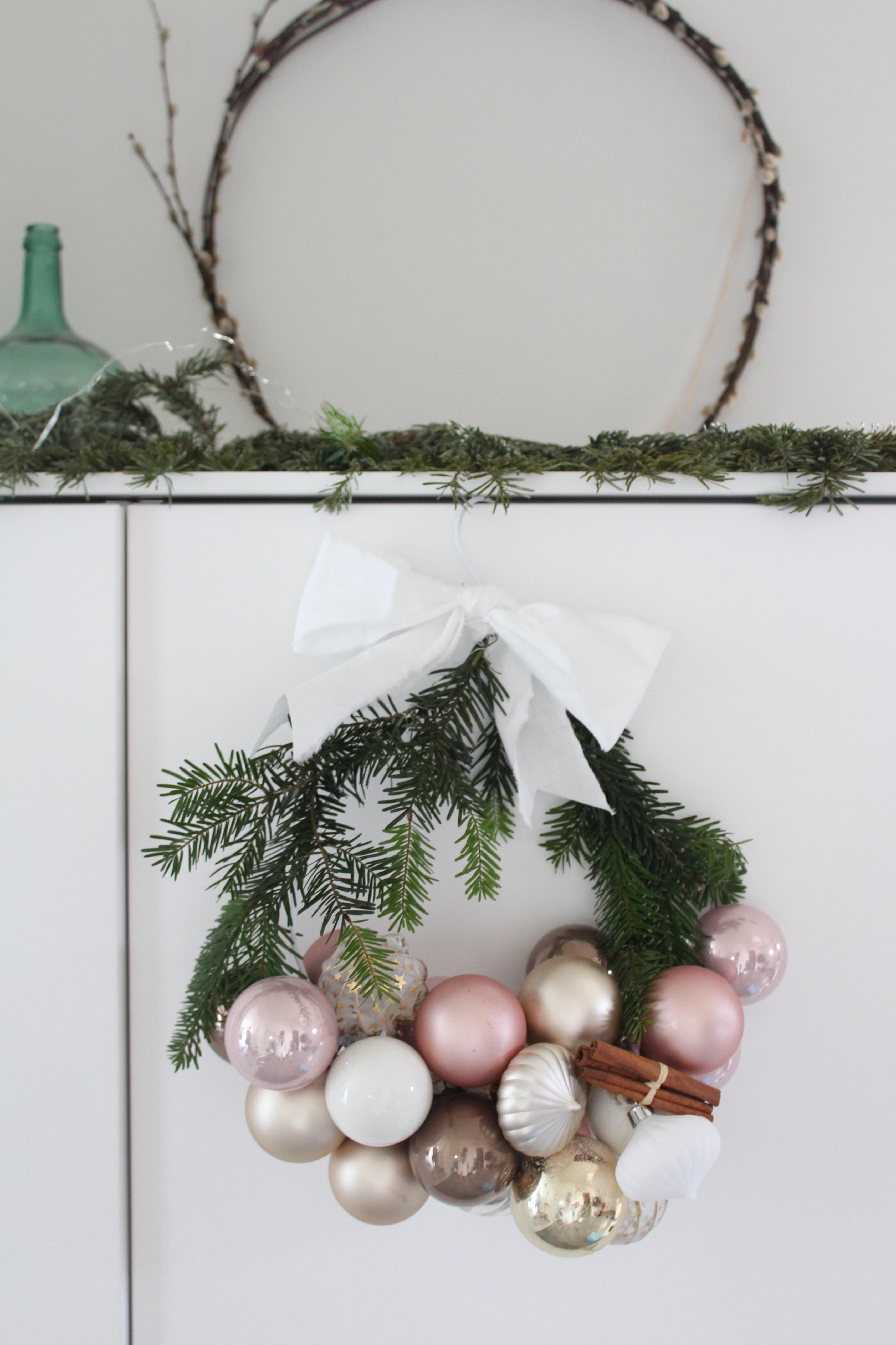 Julkrans av julgranskulor och en galge